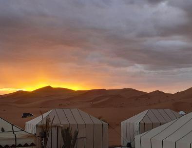 desierto Merzouga glamping y trekking con paseos en camello