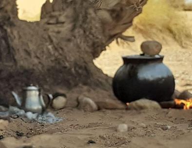 comida Bereber con tea, disfrute glamping en Marruecos