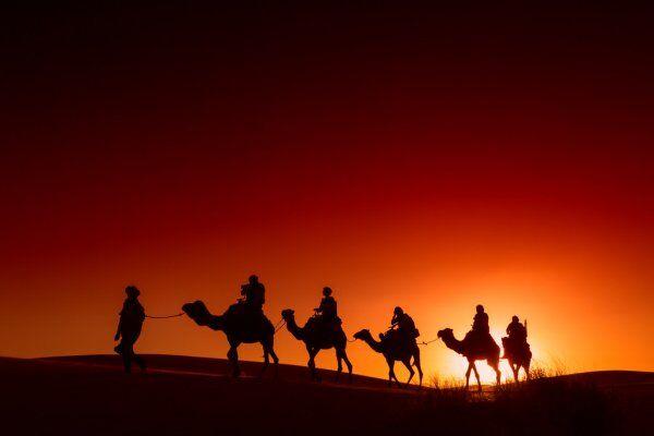 Paseo en camello con una excursión de 2 días desde Fes al desierto de Merzouga