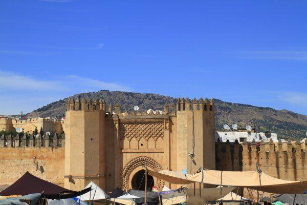 una puerta con nuestros tours desde Fez al desierto del Sahara