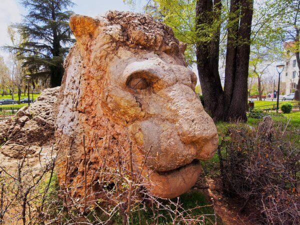 estatua del león blanco en Marruecos