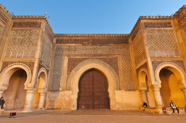 Bab el mansour, una puerta para explorar cuando se recorre Marruecos desde Tánger a través del desierto del Sahara.