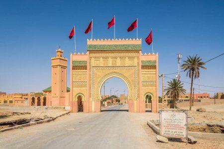 la puerta de rissani con nuestro Erfoud, la ciudad de los fósiles minerales con nuestro ruta de 12 dias por Marruecos itinerario de viaje desde Casablanca.