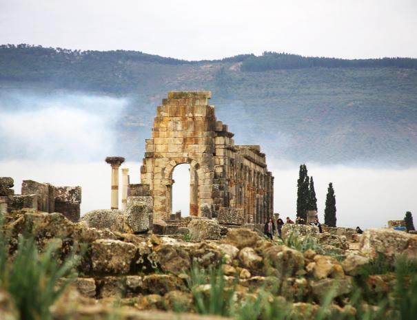 volubilis, un sitio al que viajaremos con nuestros excursiones por el desierto desde Tánger