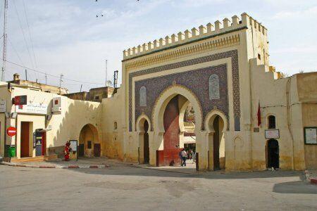 la puerta principal a visitar con nuestro grupo de Tánger y excursiones privadas por el desierto