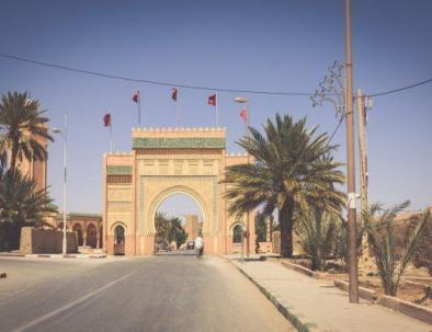 la puerta de rissani, nos detendremos para tomar fotos de ella cuando hagamos el recorrido por el desierto desde tánger