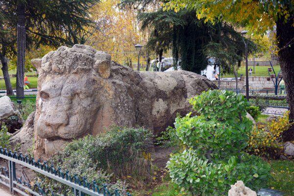 La estatua de Ifrane del atlas, un sitio para explorar con nuestros excursiones privadas y de grupo por el desierto desde Tánger