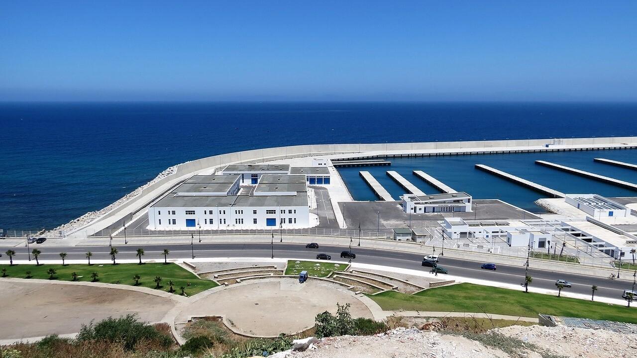 el puerto de Tánger donde te recogeremos para empezar nuestros excursiones por el desierto desde Tánger