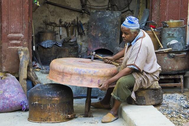 Un hombre con nuestro Circuito de 5 dias desde Marrakesh a Fez via Al desierto de Merzouga.
