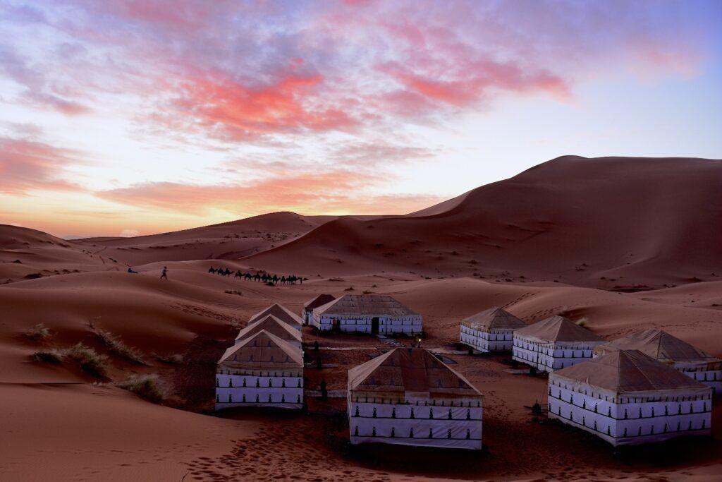 Acampar en tiendas bereberes es una de las mejores cosas que hacer en el desierto de Merzouga