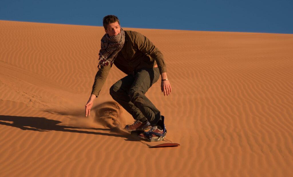 Otra de las mejores cosas que hacer en Merzouga es coger la tabla y patinar en las dunas de Erg Chebbi