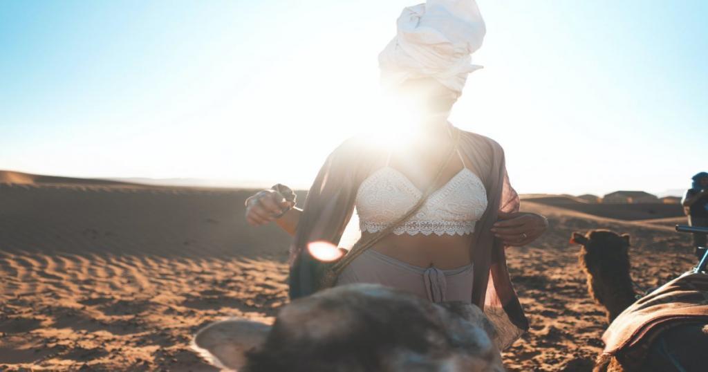 Mujer sola en el desierto