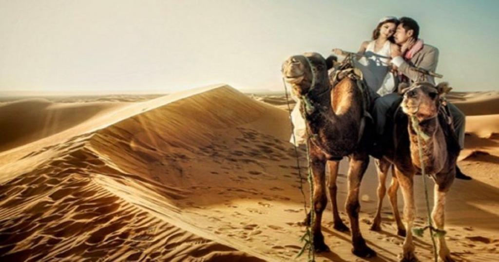 pareja a lomos de un camello