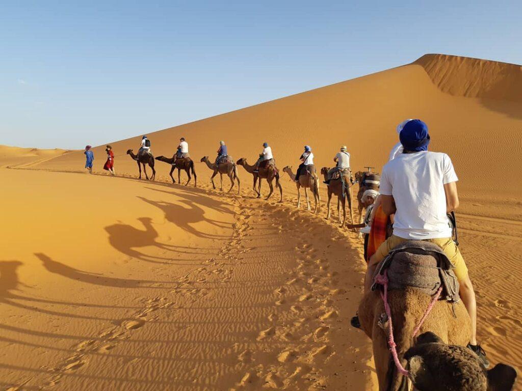 carovana di cammelli nel deserto di Merzouga, la cosa migliore che faremo con il nostro itinerario di 7 giorni in Marocco
