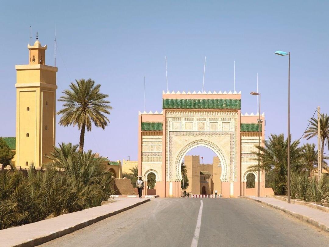 la porta di Rissani, un sito che esploreremo con il nostro tour di 7 giorni del Marocco da tangeri