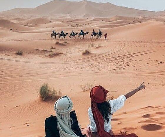 l'erg chebbi dune di sabbia con i turisti, la migliore attrazione del nostro tour in 9 giorni Marocco