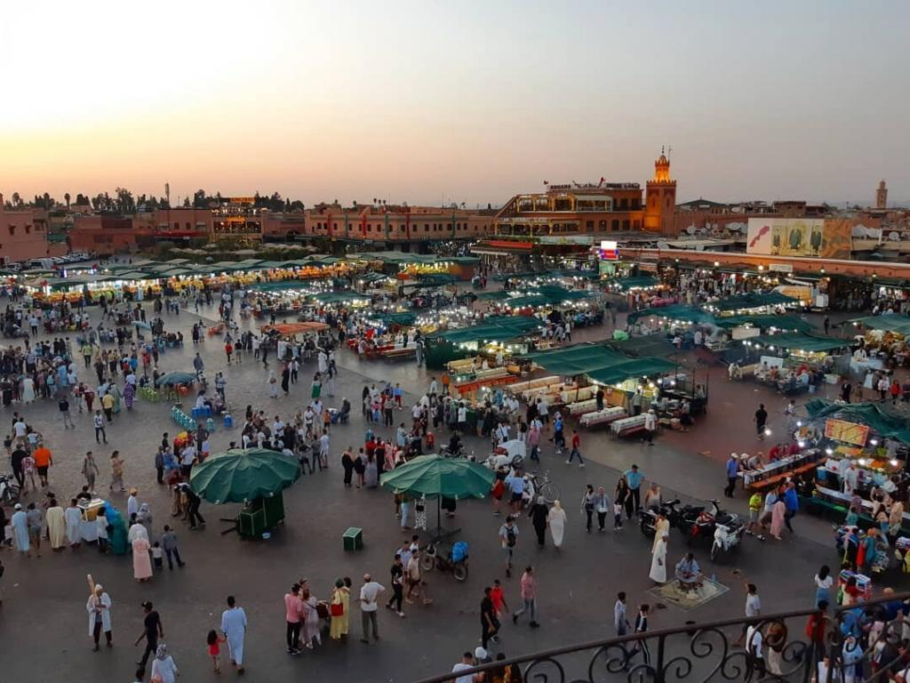la piazza di Jemaa El Fna, un sito che faremo durante il nostro tour di 7 giorni in Marocco