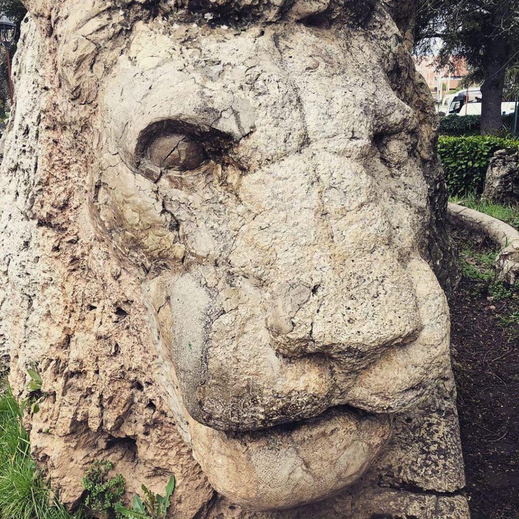 Statua del leone dell'Atlante a Ifrane
