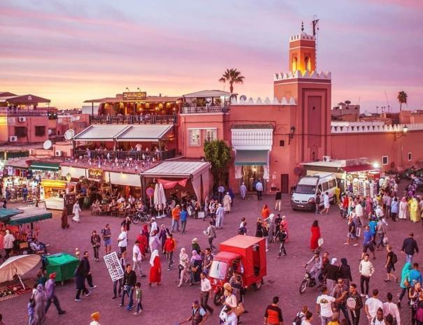 La piazza di Jemaa El Fna, la migliore del Marocco e Marrakech con il nostro tour di una settimana in Marocco