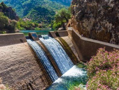 diga delle cascate di Akchour, un sito che visiteremo con il nostro tour di 2 giorni da Tangeri a Chefchaouen