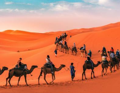Carovana dei cammelli a Merzouga, la cosa migliore che farete con il nostro tour di 5 giorni in Marocco da Tangeri a Marrakech