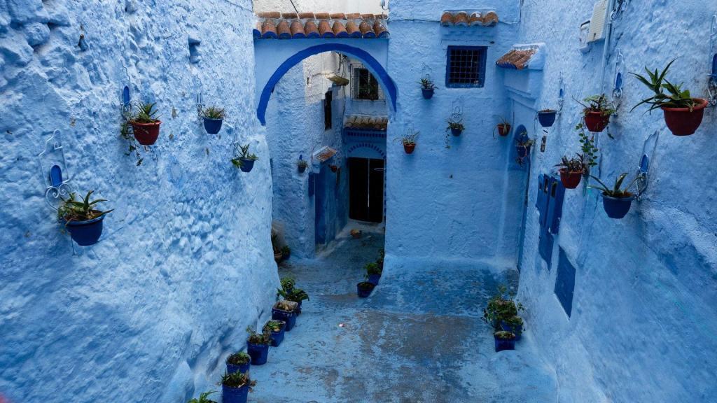una vista panoramica della città blu chefchaouen, una delle migliori città che visiteremo con il nostro viaggio tour itinerario Marrocco 8 giorni