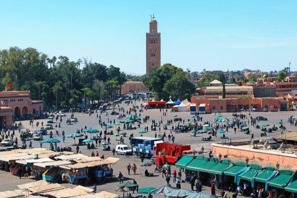 Piazza di jemma el fna a marrakech, uno dei luoghi più importanti che esploreremo con le nostre escursioni in Marocco da tangeri