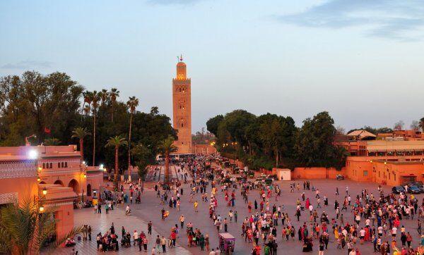 la moschea di koutoubia, un sito in cui viaggeremo durante la nostra tour 10 giorni in Marocco, itinerario di viaggio da Casablanca.