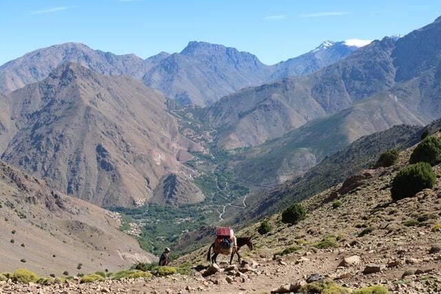 le montagne dell'atlante sulla strada da marrakech al deserto di merzouga