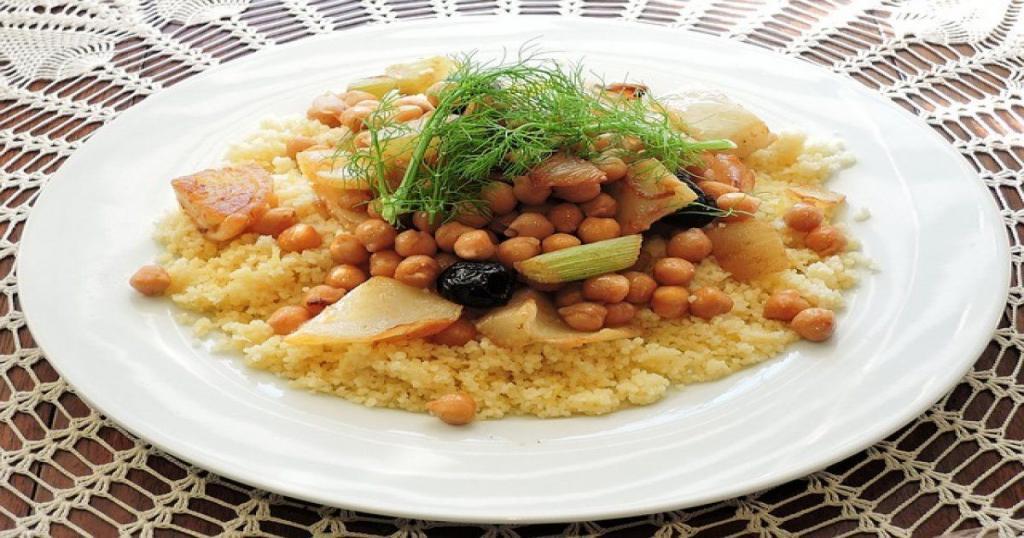 speziato, pollo, agnello, couscous marocchino vegetariano.